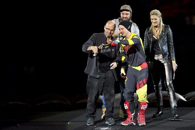 Freestyle motokrosař Libor Podmol (vpravo) pokřtil během populární exhibice FMX Gladiator Games svou první knihu s názvem Deník Libora Podmola. Kmotrem knihy je šéfkuchař Zdeněk Pohlreich (vlevo).