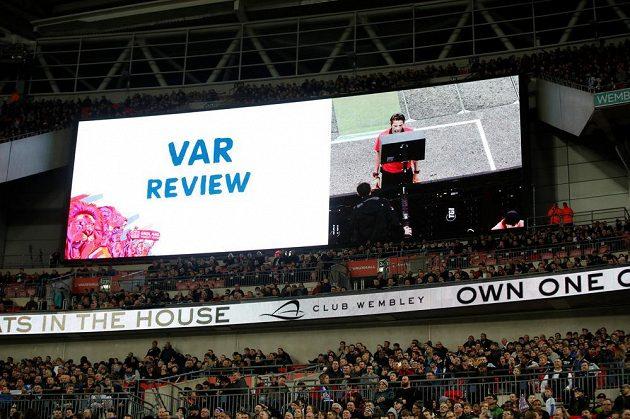 Obrázek známý třeba i z pražského derby... Světelná tabule ve Wembley dává divákům najevo, že rozhodčí studuje video.