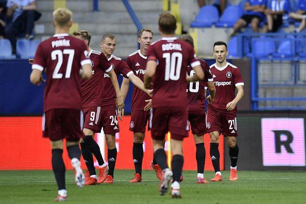 Hráči Sparty se radují z prvního gólu, vpravo jeho autor Jakub Pešek.