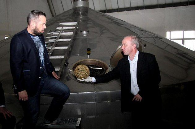 Pavel Horváth (vlevo) v pivovaru se sládkem Pavlem Zítkem.