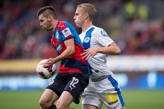Plzeňský útočník Michal Ďuriš (vlevo) a liberecký obránce Lukáš Pokorný v utkání 8. kola fotbalové Synot ligy.