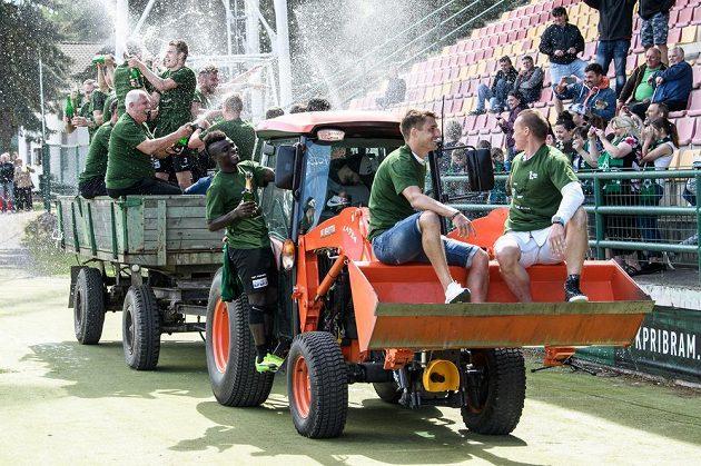 Fotbalisté Příbrami (na radlici sedí Rudolf Skácel a Tomáš Zápotočný) oslavují postup do první ligy po vítězném utkání s Pardubicemi.