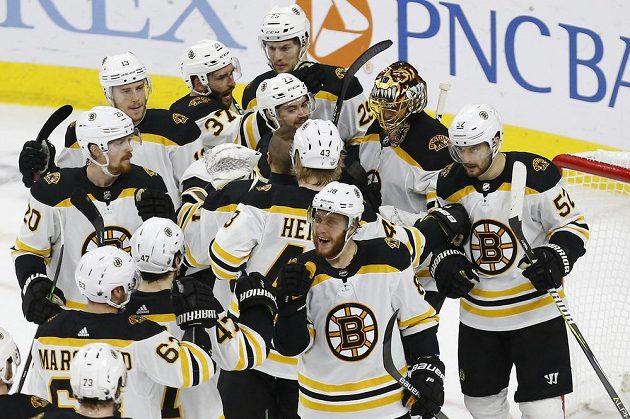 Hokejisté Bostonu slaví. Od postupu do finále play off NHL je po vítězství na ledě Caroliny dělí jedna výhra.