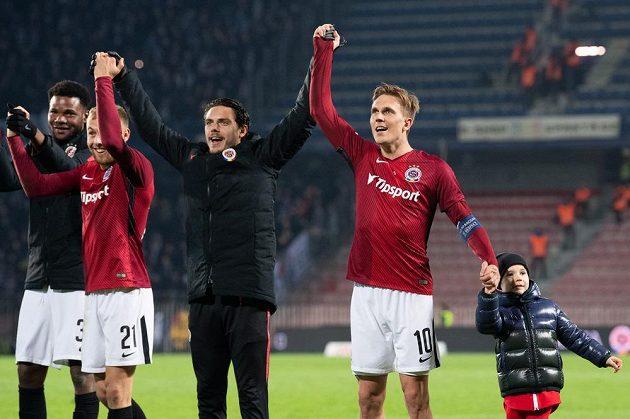 Fotbalisté Sparty (zleva) Benjamin Tetteh, Martin Hašek, David Moberg Karlsson a Bořek Dočkal se synem během děkovačky s fanoušky po utkání s Baníkem.