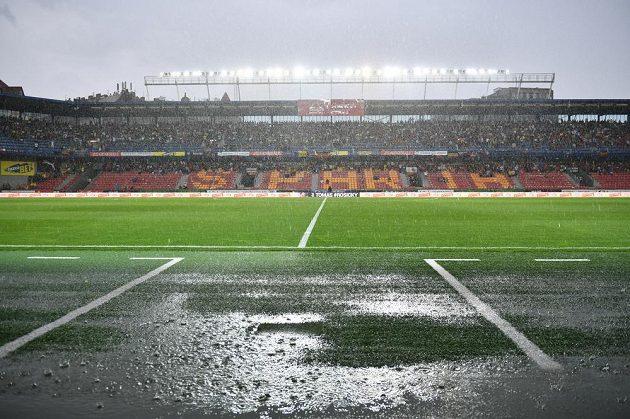 Rozlučkové utkání Tomáše Rosického mělo zpožděný výkop, za všechno mohl silný déšť.