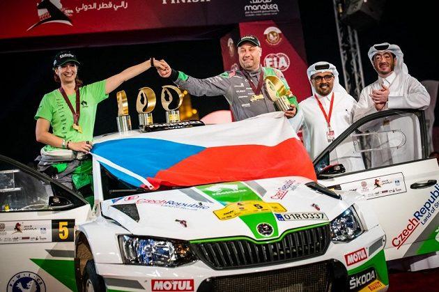 Vojtěch Štajf s navigátorkou Veronikou Havelkou oslavují vítězství v Katarské rallye.