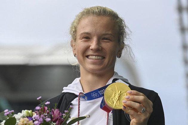Tenistka Kateřina Siniaková pózuje se zlatou medaili z ženské čtyřhry po příletu z olympijských her v Tokiu.