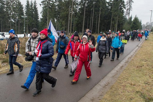 Příchod fanoušků do Vysočina Areny v Novém Městě na Moravě před závodem SP v biatlonu.