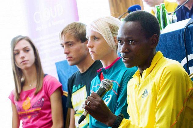 Esa sobotní běžecké Grand Prix, zprava Keňanka Emily Chebetová. Britka Gemma Steelová a domácí naděje Milan Kocourek a Anežka Drahotová (zcela vlevo).