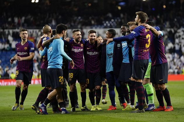 Fotbalisté Barcelony se radují po triumfu v El Clásicu.