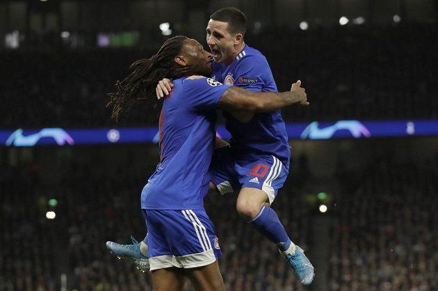 Radost fotbalistů Olympiakosu poté, co v utkání Ligy mistrů vstřelil Ruben Semedo gól na hřišti Tottenhamu.