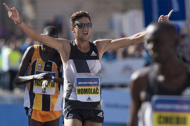 Nejlepší český běžec Jiří Homoláč v cíli 18. ročníku pražského půlmaratonu.