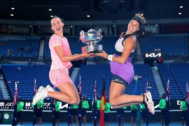 Vítězky ženské čtyřhry Elise Mertensová (vlevo) a Aryna Sabalenková s trofejí.