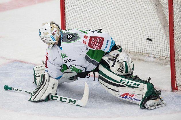 Mladoboleslavský brankář Jan Lukáš inkasuje druhý gól v zápase s Karlovými Vary.