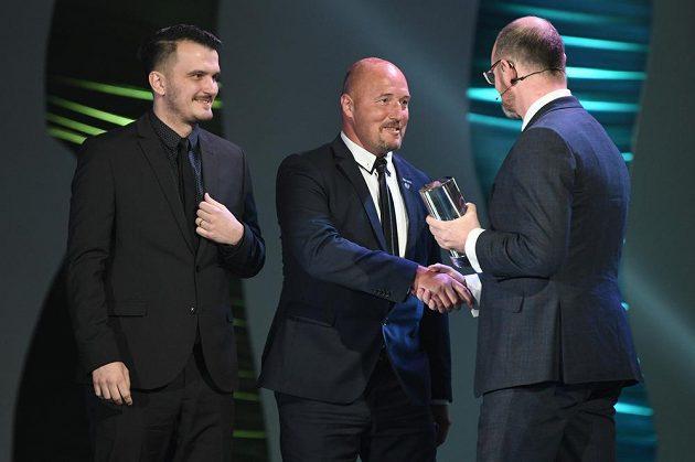 Manažer reprezentace malého fotbalu Luděk Zelenka (uprostřed) přebírá trofej pro nejlepší tým v rámci ankety Sportovec roku od ministra školství Roberta Plagy.