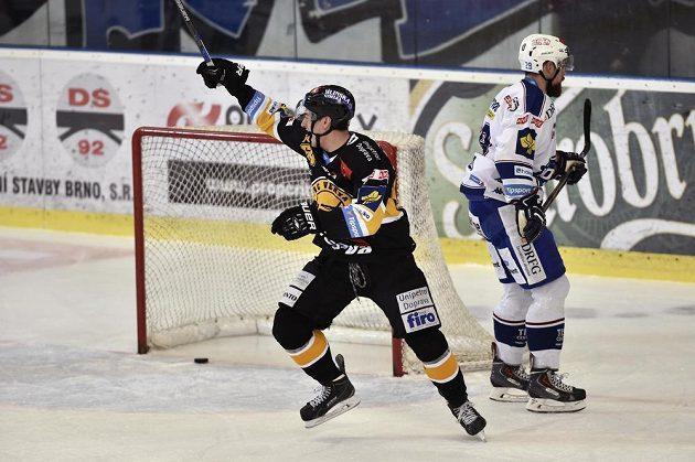 Ondřej Jurčík z Litvínova se raduje z gólu. Vpravo je Jakub Koreis z Brna.
