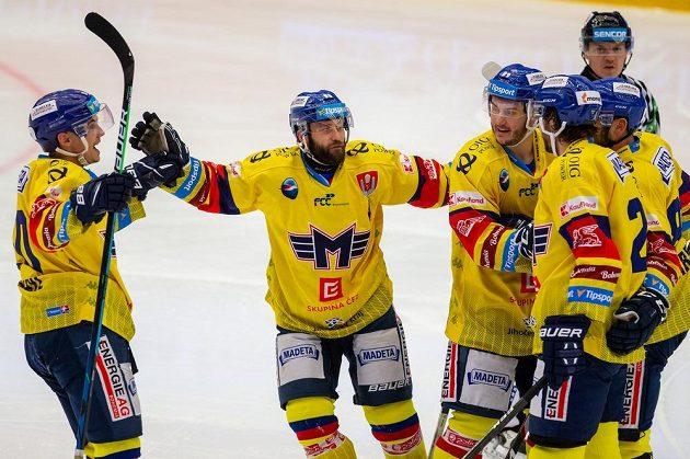 Hráči Českých Budějovic se radují z gólu proti Třinci, zleva Roman Přikryl, Pavel Novák, Šimon Kubíček a Brandon Alderson.