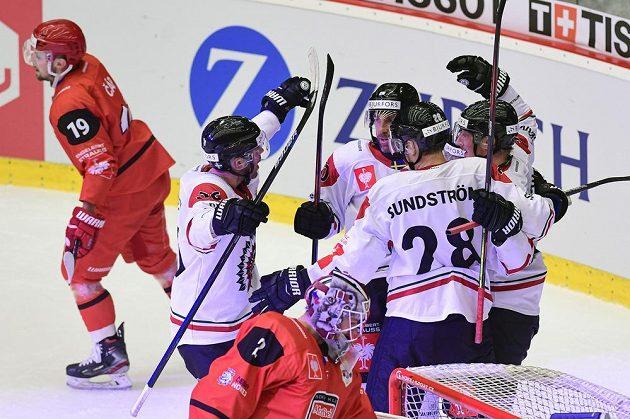 Hokejisté Frölundy oslavují gól, zprava Simon Hjalmarsson, Johan Sundström, Joel Lundqvist a Brandon Gormley.