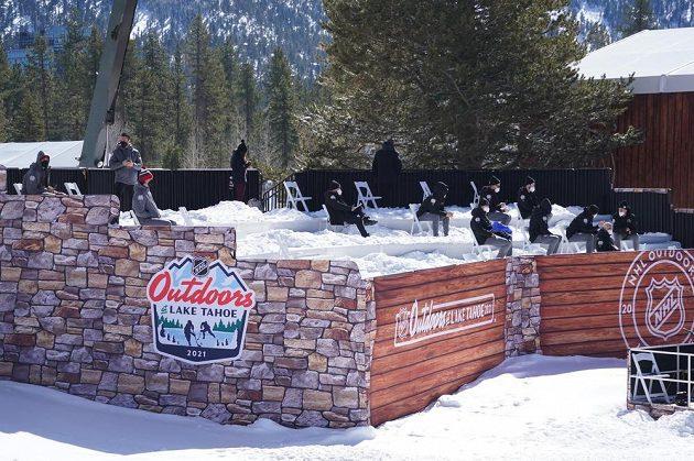 Činovníci NHL před zápasem Vegas Golden Knights - Colorado Avalanche u jezera Tahoe.