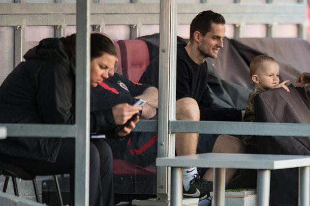Zraněný obránce Spary Mario Holek (vpravo) se synem během tréninku před odvetným utkáním čtvrtfinále Evropské ligy.