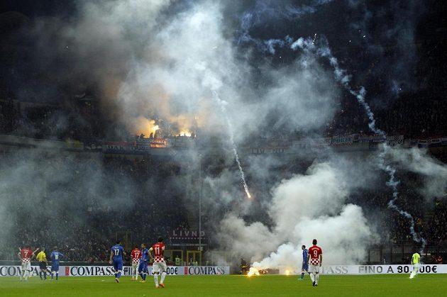 Na stadiónu v Miláně se rozpoutalo hotové peklo.