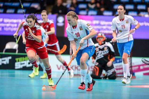 Denisa Ratajová vyváží balónek v souboji o bronz proti Švýcarsku.