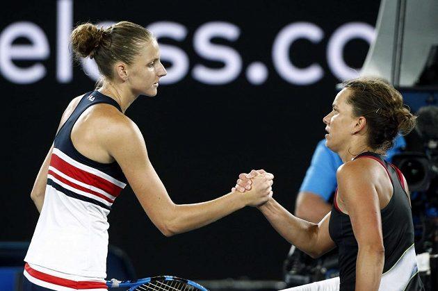 Barbora Strýcová (vpravo) gratuluje Karolně Plíškové k postupu do čtvrtfinále Australian Open.