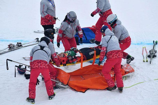 Kanadská skikrosařka India Sherretová během osmifinále ošklivě upadla a skončila v péči lékařů.
