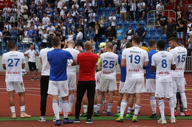 Ostravští fotbalisté pod kotlem domácích fanoušků po neúspěšné bitvě o postup do Evropské ligy.
