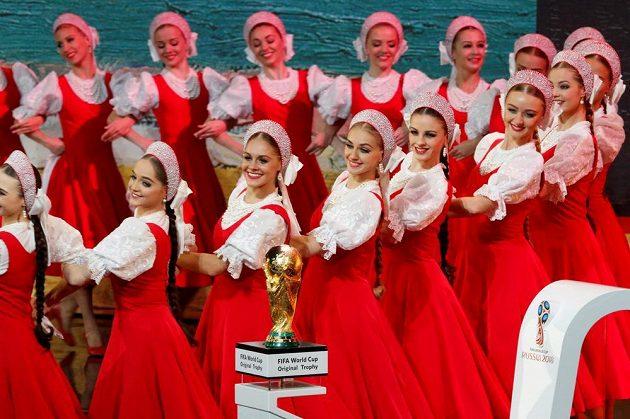 Kulturní program během losu fotbalového MS 2018 v koncertní síni Kremelského paláce v Moskvě. V popředí trofej pro mistry světa.