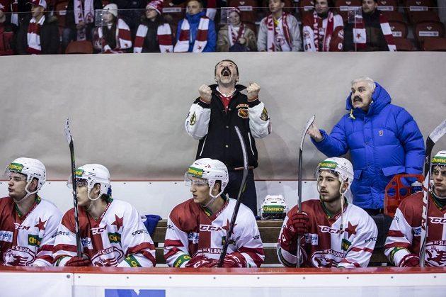 Emoce na střídačce v podání trenéra Hrouzka