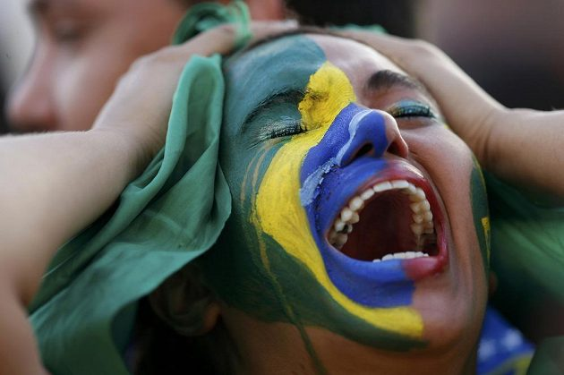 Fotbalový Bože, zastav ten masakr, jako by říkal výraz nešťastné brazilské fanynky.