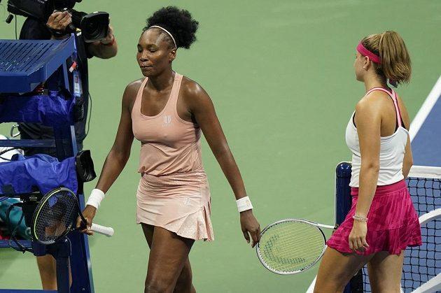 Američanka Venus Williams opouští kurt po prohře s českou tenistkou Karolínou Muchovou.