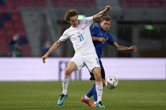 Alex Král (vlevo) v souboji s Nicolou Barellou z Itálie.