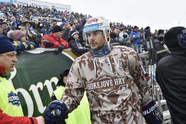 Kapitán Komety Brno Leoš Čermák přichází na stadión ze Lužánkami před utkáním pod širým nebem s Plzní.