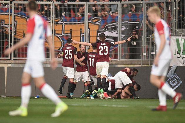 Sparťané slaví vítězný gól Václava Kadlece v derby se Slavií.