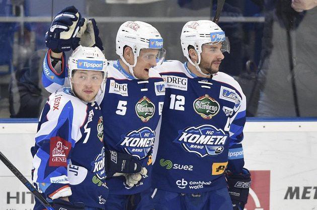 Zleva Tomáš Bartejs z Brna, autor gólu Tomáš Vondráček z Brna a kapitán Brna Leoš Čermák se radují z gólu.