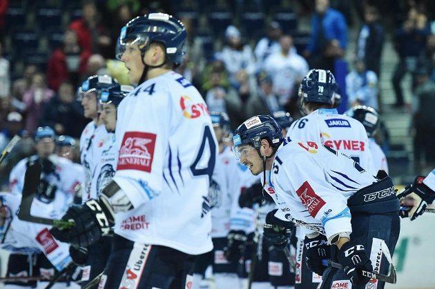 Zklamaný Dominik Lakatoš (31) se spoluhráči z Liberce po prohře s Litvínovem.