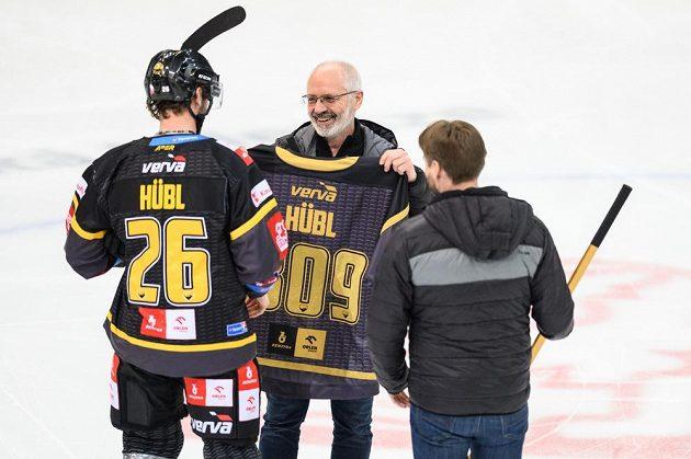 Viktor Hübl z Litvínova dostává od trenérů Václava Sýkory a Vladimíra Országha dres a hokejku při dosažení 809. bodu.