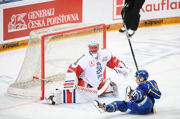 Český brankář Šimon Hrubec inkasuje gól od Švéda Maxe Friberga.