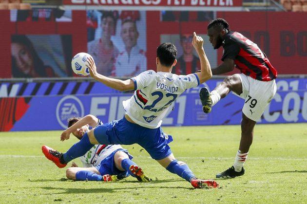 fotbalista AC Milán Franck Kessie (vpravo) střílí na bránu v utkání 29. kola italské Serie A proti Sampdorii Janov.