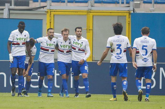 Fabio Quagliarella ze Sampdorie Janov (druhý zleva) oslavuje se spoluhráči gól na hřišti AC Milán v italské lize.