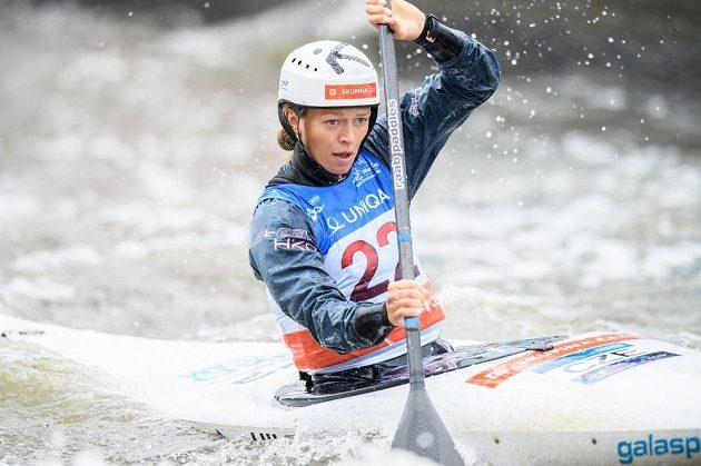 Kajakářka Amálie Hilgertová během semifinálové jízdy v kategorii K1 v rámci Světového poháru ve vodním slalomu v Praze.