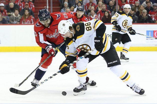 Český útočník David Pastrňák z Bostonu se snaží v utkání NHL uniknout soupeři z Washingtonu, kterým byl Devante Smith-Pelly.