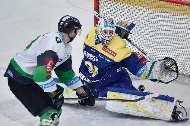 Lukáš Žejdl z Mladé Boleslavi střílí třetí gól brankáři Zlína Liboru Kašíkovi.
