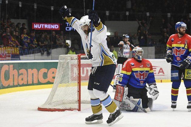 Jaromír Jágr z Kladna se raduje z druhého gólu, který dal Brendon Nash.