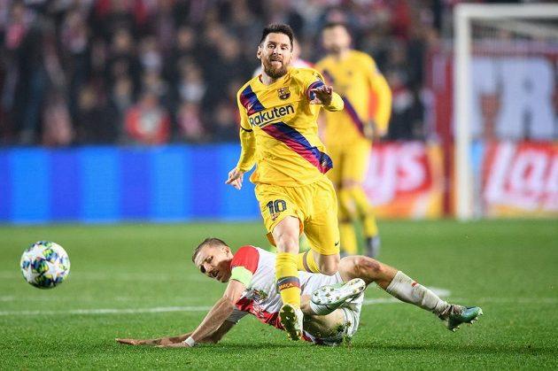 Slávista Tomáš Souček se snaží zatsavit Lionela Messiho z Barcelony ve 3. kole Ligy mistrů.