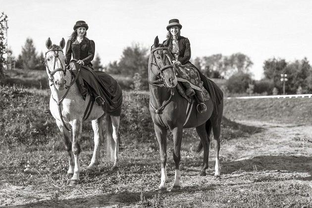 Karolina Hlavatá (vlevo) a Kateřina Cachová při vyjížďce na koních.