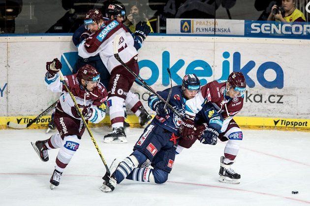 Liberecký útočník Petr Vampola (uprostřed) se snaží prosadit mezi sparťany Lukášem Cingelem (vlevo) a Vladimírem Emingerem.