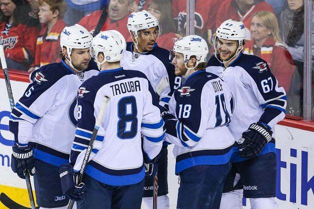 Hokejisté Winnipegu se radují z úvodního gólu utkání s Calgary, který vsítil Michael Frolík.